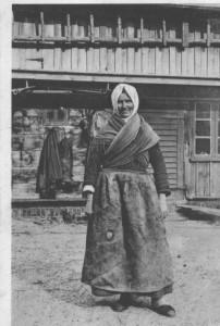Kuršė žvejo žmona. Juodkrantė. XX a. pr. atvirukas. Išleido R. Šmitas Klaipėdoje. Iliustracija iš Neringos istorijos muziejaus fondų
