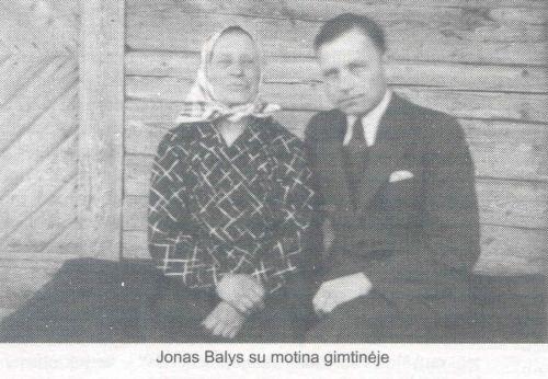 Jonas Balys su mama gimtinėje (iš: Tada ir dabar / Povilas Krikščiūnas // Šiaurės Atėnai. – 2009, birž. 12, p. 10)