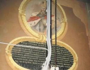 Taip atrodo išniekinta Šv. Jurgio bažnyčios ir karmelitų vienuolyno XVIII a. sienų tapybą. Šiame valstybės saugomame kultūros paveldo objekte 2008 m. savavališkai sumontuota priešgaisrinės signalizacijos sistema,nukaltas dekoruotas tinkas, išgręžtos skylės, ant vertingų freskų įrengti signalizacijos davikliai, išvedžioti laidai. Lilijos Valatkienės nuotrauka