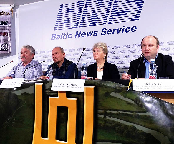 Pranciškus Šliužas (pirmas iš kairės) su bendražygiais spaudos konferencijoje | Alkas.lt, A.Rasakevičiaus nuotr.