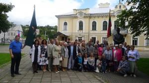 Minėjimo dalyviai istorinės Prezidentūros kieme prie paminklo Antanui Smetonai