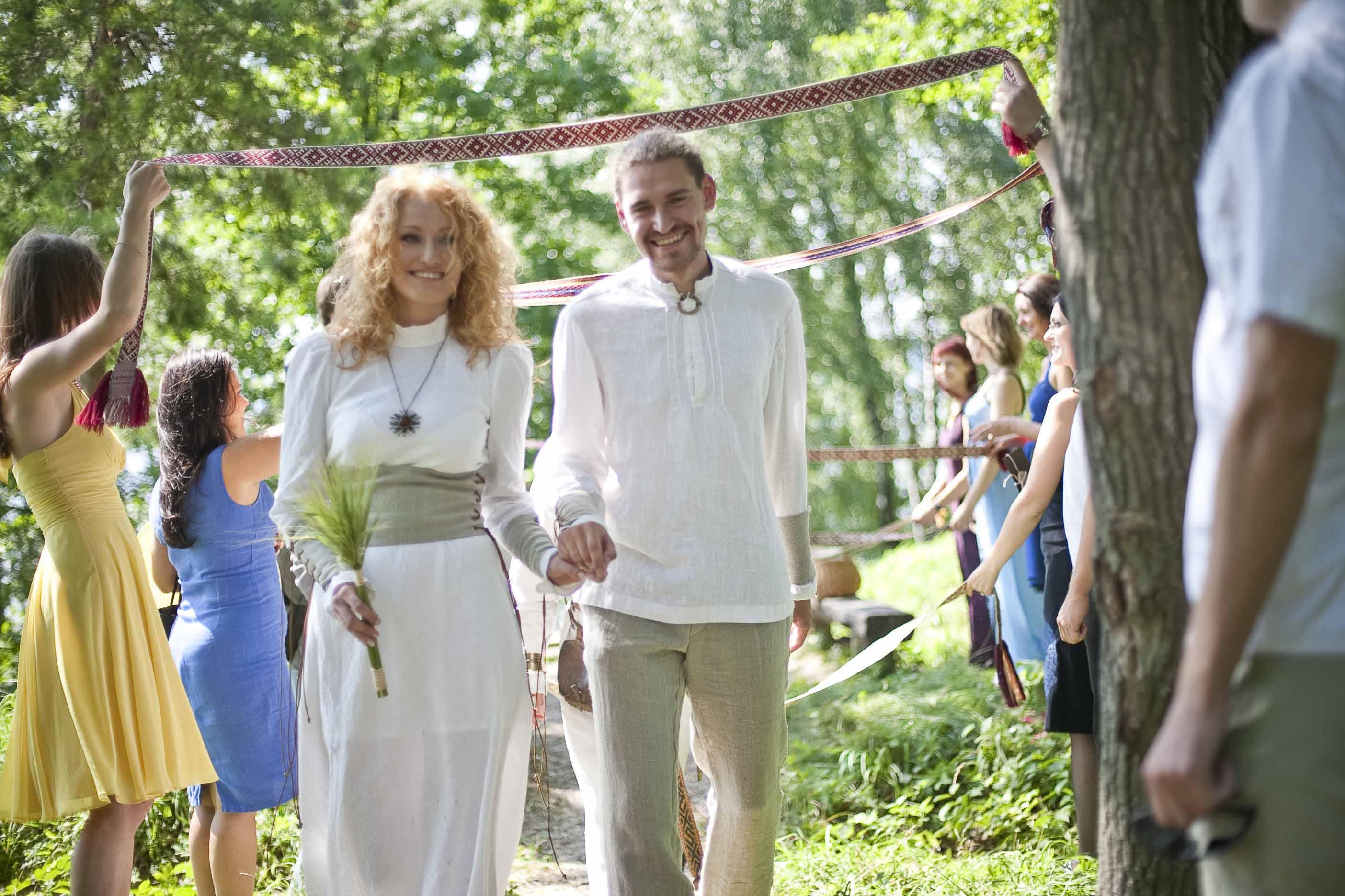 Giedrės ir Pauliaus Rombergų santuoka Vieškūnų piliakalnyje | K.Bingelio nuotr.
