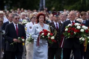 Latvijos Prezidentas su žmona padeda gėles prie laisvės paminklo | 21augusts.lv nuotr.