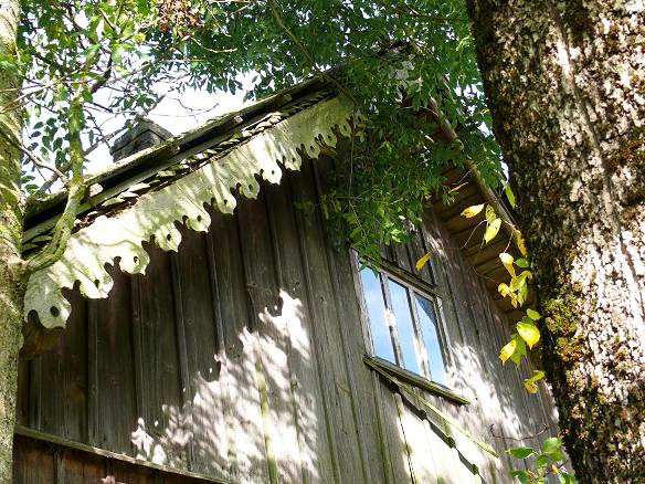 Medinio ūkinio pastato puošmena – drožinėtos vėjalentės | mazoji-lietuva.lt nuotr.