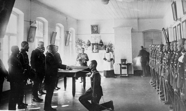 Kalavikų įteikimo iškilmės Karo mokyklos X laidos karininkams. Dalyvauja LR Prezidentas Antanas Smetona, Krašto apsaugos ministras T.Daukantas, gen. P.Plechavičius ir kiti. Kaunas, 1929 m. spalio 6 d.