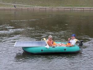 G. Songaila ir K. Uoka plaukia saulės baterijomis varoma motorine valtimi