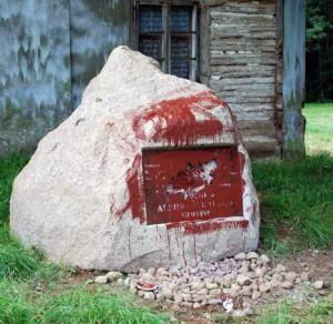 Lenkų suniokotas A.Žukausko paminklas Punske