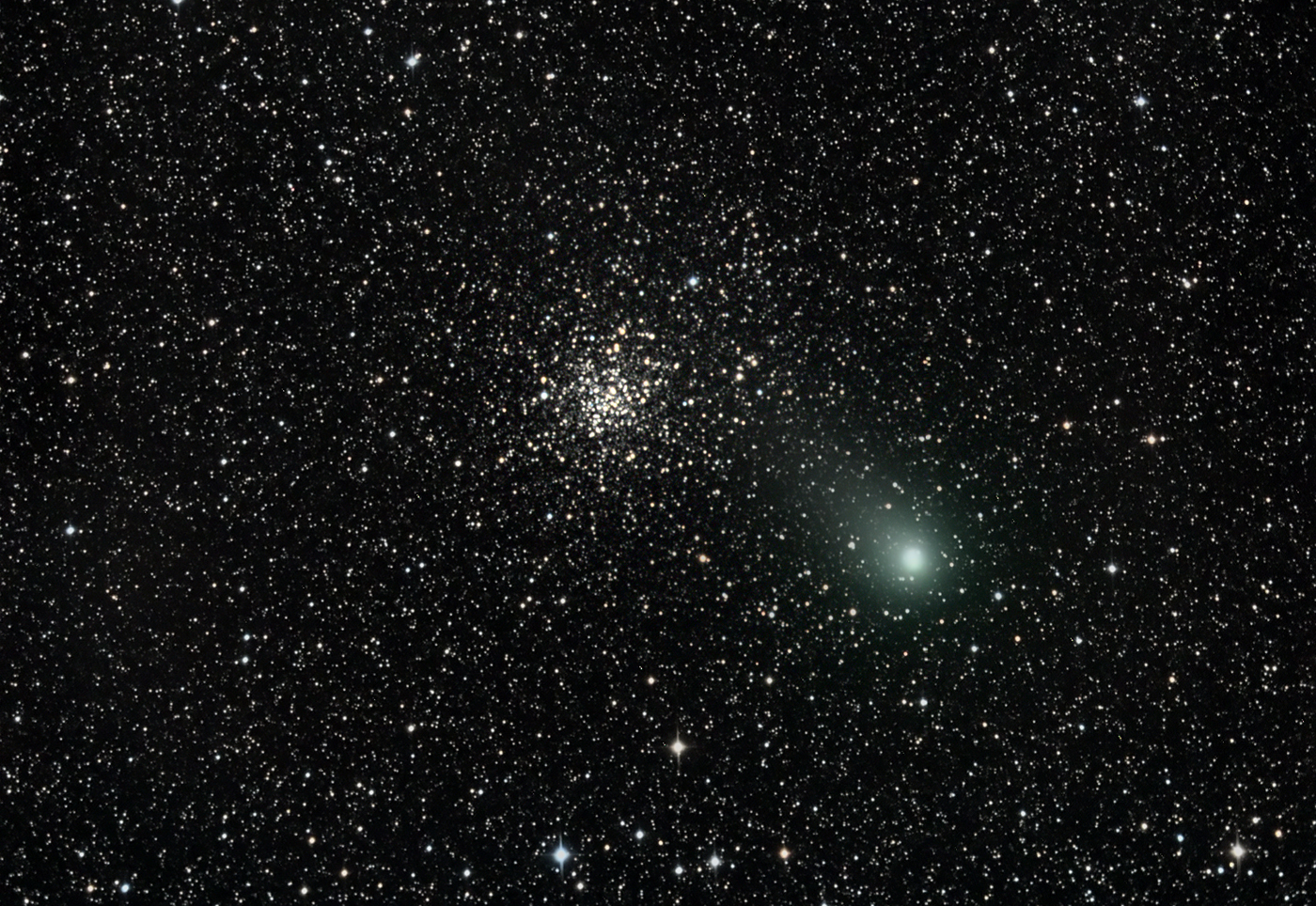 Garado kometa rugpjūčio pabaigoje praskriejo pro išraiškingą kamuolinį žvaigždžių spiečių M71 esantį Strėlės žvaigždyne | universetoday.com nuotr.