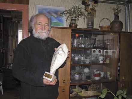 V.Almanis su statulėle