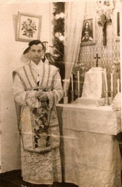 Kunigas Zigmas Neciunskas prie įrengto altorėlio Maklakove, Krasnojarsko krašte (apie 1957 m.)