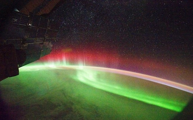 NASA nuotr. / Žemės atmosfera švyti neįprasta raudona spalva.