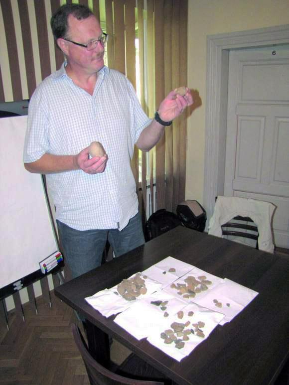 Suvalkų muziejaus direktorius Ježi Bžozovskis apžiūri radinius
