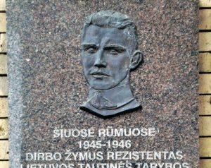 Atminimo lenta Vilniuje, ant Mokslų akademijos bibliotekos pastato kabojusi iki 2019 m. liepos 27 d. | Wikipedia.org nuotr.