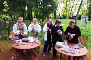 Baisogalos ir Palonų bendruomenių gražiadarbės velia gaminius iš vilnos