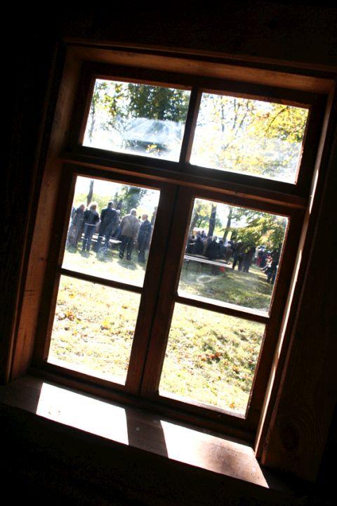 Juodžiaus kelmo atlaidai pro Maleišių sodžiaus gryčios langą