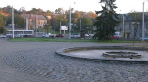 Steigiamojo seimo aikštė Kauno senamiestyje verta ne dar vienos skubotos rekonstrukcijos, o rimtų architektūrinių sprendimų, pertvarkant ją į gyvą viešąją erdvę su A.Mackevičiaus paminklu   foto: ©pilotas.lt