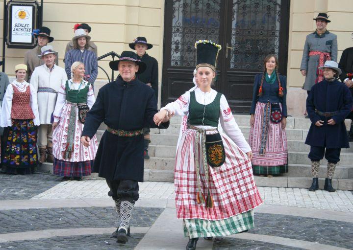 Tautinio kostiumo kolekcijos pristatymas Vengrijoje