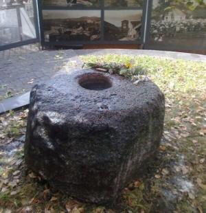 Dubenuotas akmuo legendinės Ragučio šventyklos vietoje Vilniuje