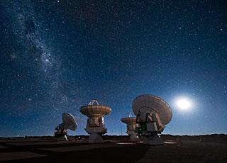 Radioteleskopai naktį. ESO nuotr.