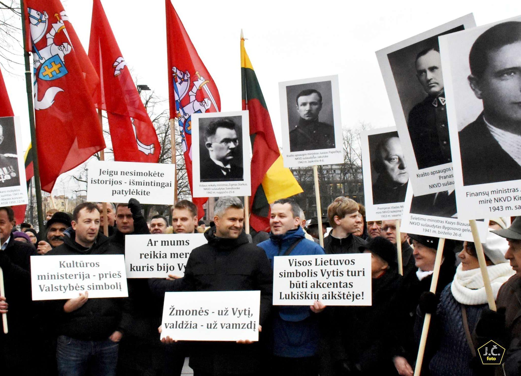 """TALKOS Mitingas nukreiptas prieš Kultūros ministerijos ir ŠMC """"konkursą"""" """"Mes be Vyčio nenurimsim""""   J. Česnavičiaus nuotr."""