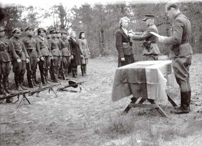 A. Ramanauskas-Vanagas apdovanoja partizanus | LGGRTC nuotr.