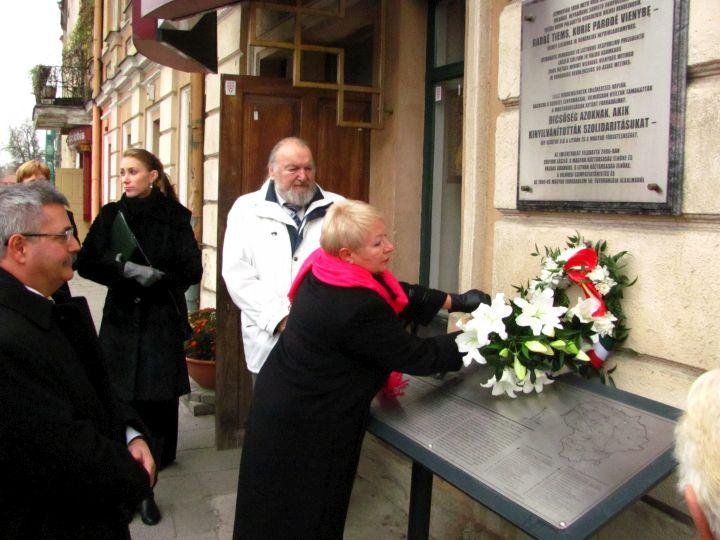 Atminimo gėlės, pagerbiant Vengrijos revoliucijos dalyvius ir demonstracijose juos palaikiusius lietuvius