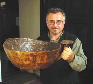 Apeiginis viduramžių kaušas su senoviniais Zodiako ženklais J.Vaiškūno rankose | Alkas.lt, J.Vaiškūno nuotr.