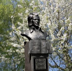 Paminklinis biustas poetui Kristijonui Donelaičiui Gumbinėje pastatytas 2004 metais (skulptoriai Nikolaj Tiščenko ir Vitalij Chvalej)