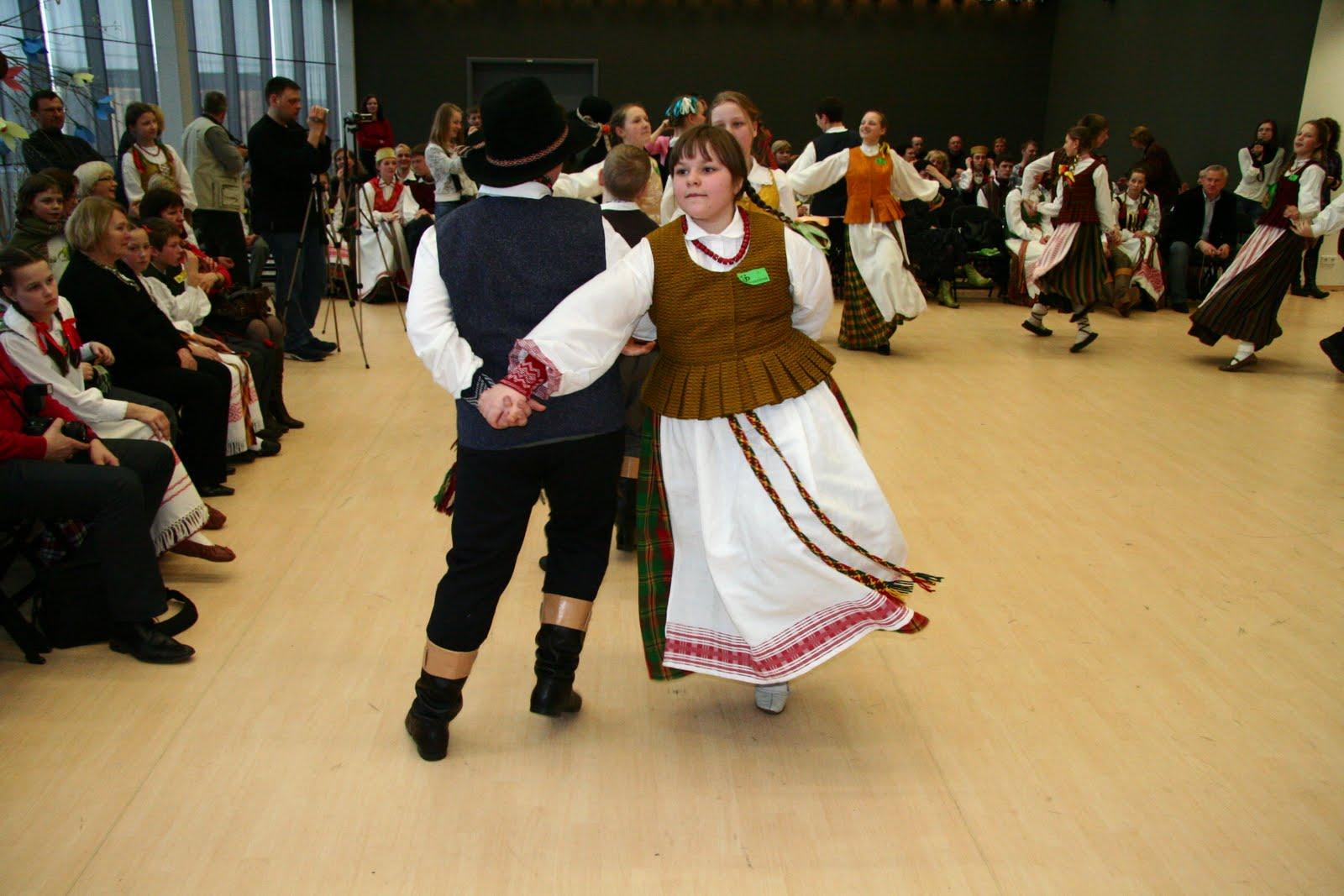 Kėdainių rajono Akademijos kultūros centro šokėjai (vadovė Ona Auškalnienė)