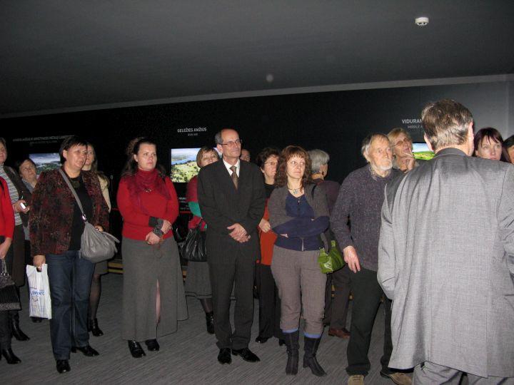 Direktorius S.Vadišis supažindina su rengiamomis muziejaus ekspozicijomis