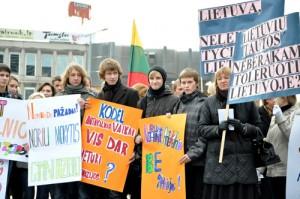 Antakalnio vidurinės mokyklos bendruomenės mitingas Vilniuaus savivaldybės aikštėje 2011 11 02 d. | dialogas.lt nuotr.