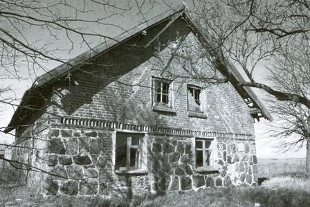 Bebaigiąs savo dienas Kukoraičių dvaro ūkinis pastatas (2010 m.). K. Demerecko nuotrauka