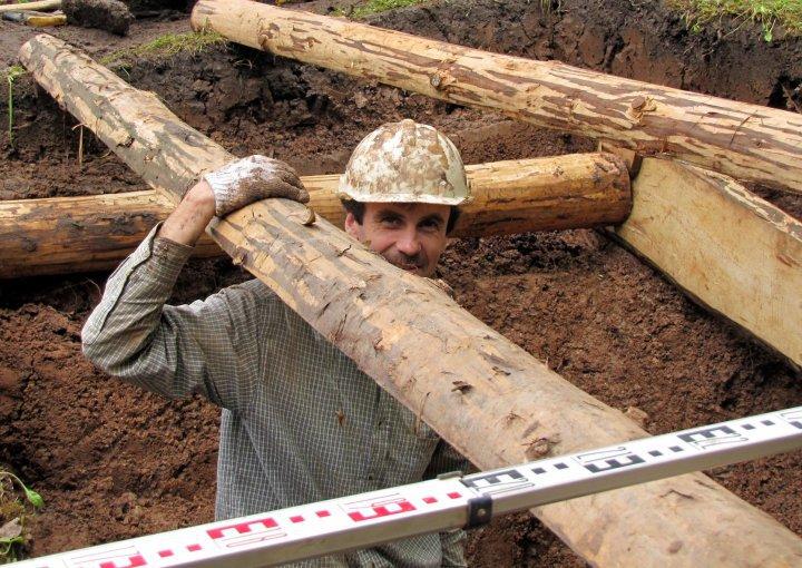 Vikintas Vaitkevičius. Atokvėpio akimirka archeologinių tyrimų metu. Daugėliškių miško ekspedicija, 2010 m. | Feisbuko nuotr.