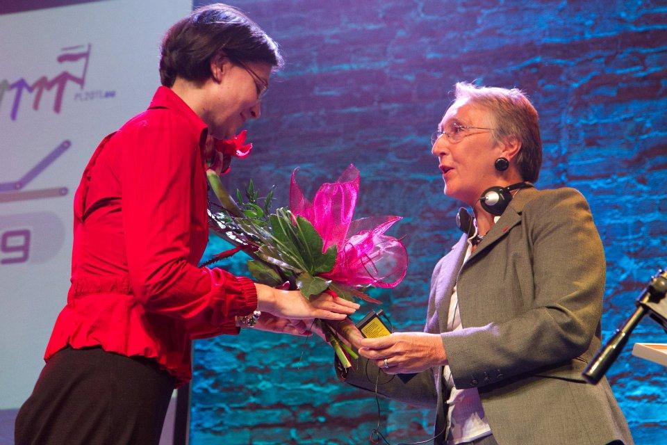 E. Daunienei apdovanojimą įteikia Mireille Le Van, Orange foundation_ generalinė sekretorė