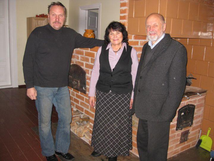 Marius Čekavičius, Gema Račienė ir Jonas Trinkūnas prie duonkepės krosnies Betygalos bendruomenės namuose