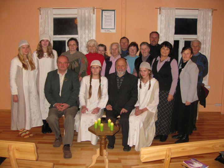 Valdas Rutkūnas ir Jonas Trinkūnas (pirmoje eilėje) su Betygalos bendruomene