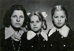 B.Baltrušaitytė-Masioniene su dukrelėmis – Audrone ir Aiste