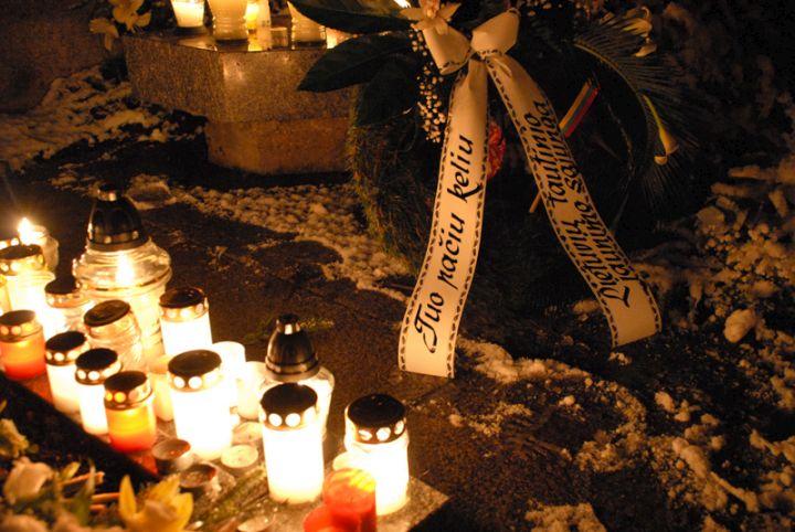 Žvakutes ant Sausio 13-osios naktį žuvusių Tėvynės gynėjų kapų | Alkas.lt, Vaivos Strikaitytės nuotr.