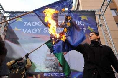 Demonstrantai degina ES vėliavą | theworldreporter.com nuotr.