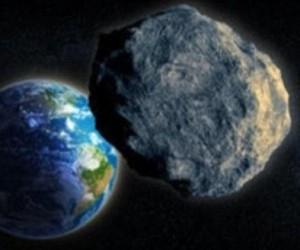 Asteroidas lekia pro Žemė  dailymail.co.uk pav.