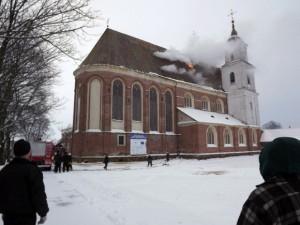 Dega Tytuvėnų bažnyčia | kelmiskiams.lt nuotr