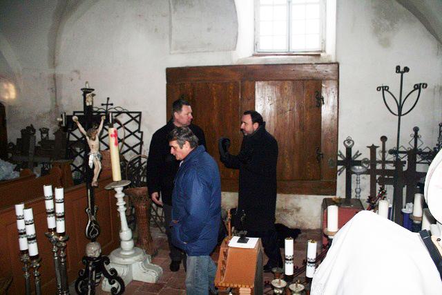 Ministras A.Gelūnas apžiūri išlikusius eksponatus | lrkm.lt nuotr.