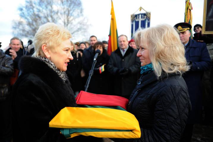 Seimo pirmininkė I.Degutienė perduodą vėliavą dr. Bronei Narkevičienei