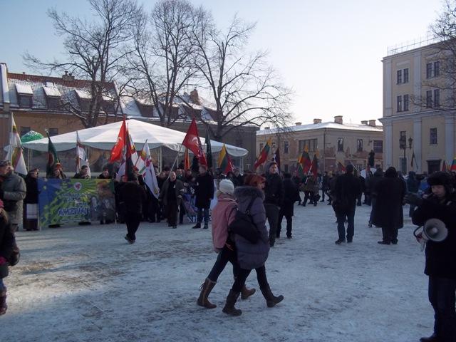 Rotušės aikštėje eitynių dalyviai rikiuojasi mitingui