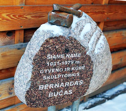 Skulptūra – atminimo lenta skulptoriui Bernardui Bučui | Alkas.lt nuotr.