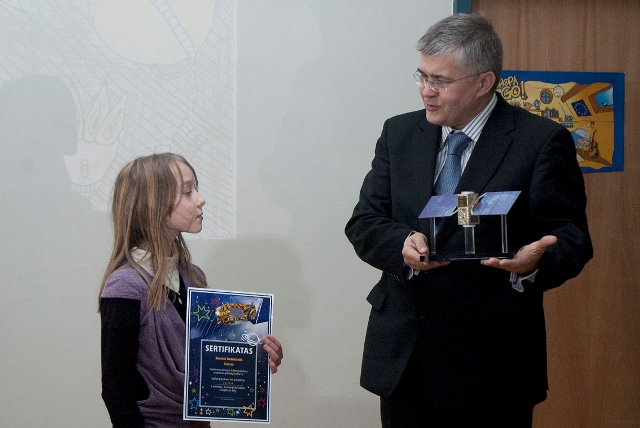 Prizą ir sertifikatą įteikia Lietuvos kosmoso asociacijos direktorius Vidmantas Tomkus