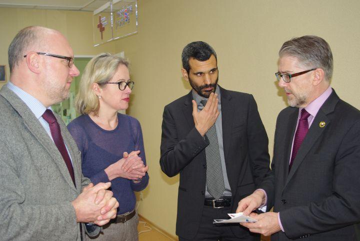 """ECCA generalinis direktorius dr. F. Deivisas (dešinėje) apsilankė """"Patologijos diagnostika"""" laboratorijoje. Iš kairės – laboratorijos vadovas gydytojas S. Barakauskas, gydytoja patologė med.dr. J. Rimienė, kompanijos """"DYSISmedical"""" atstovas M. Papagiannakis"""