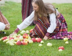 Mergaitė ir obuoliai   Fotodiena, A.Bagdono nuotr.