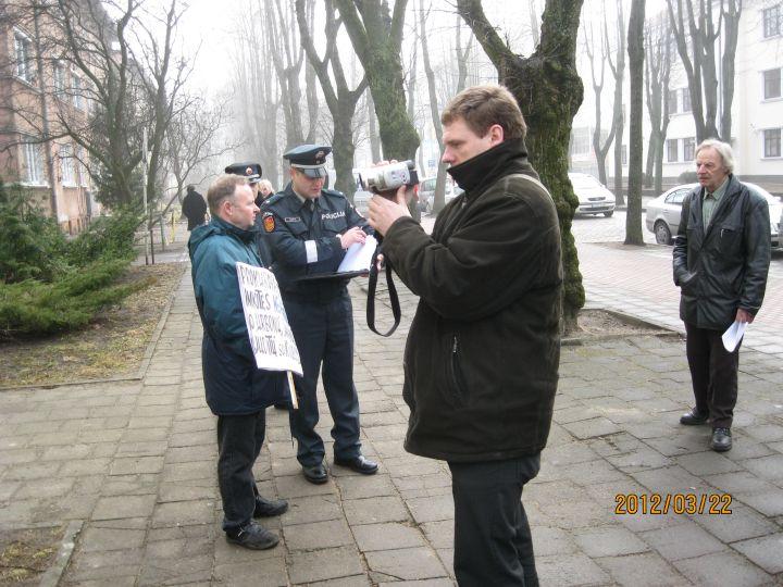 Policija surašo piketuotojų duomenis prie prokuratūros | Alkas.lt, A.Liesio nuotr.