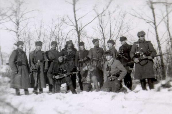 Povilas Kaminskas-Svyruoklis (1928-1947), stovi trečias iš kairės